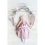 Kép 1/3 - Cseresznye virágos koszorú babával
